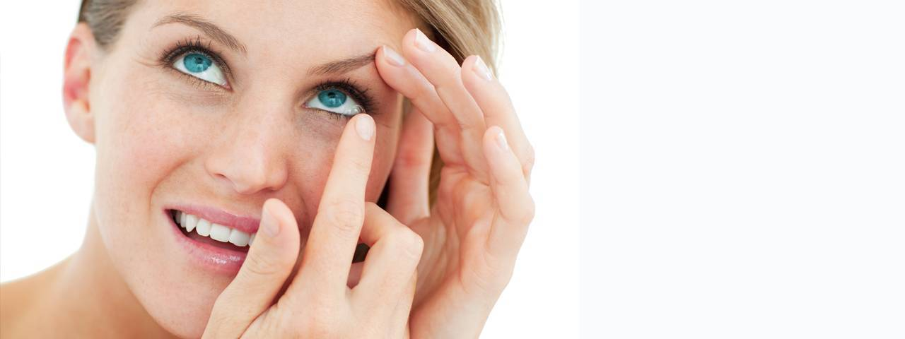 attractive blond putting in contact lens1280x480